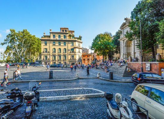 Por la noche Plaza Trilussa se convierte en el corazón de la vida nocturna romana.